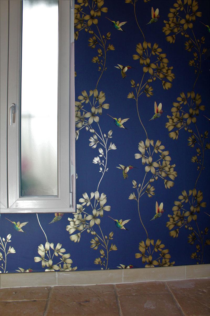 pose de papier peint fleurs et oiseaux