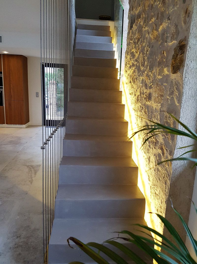 escalier mur en pierre