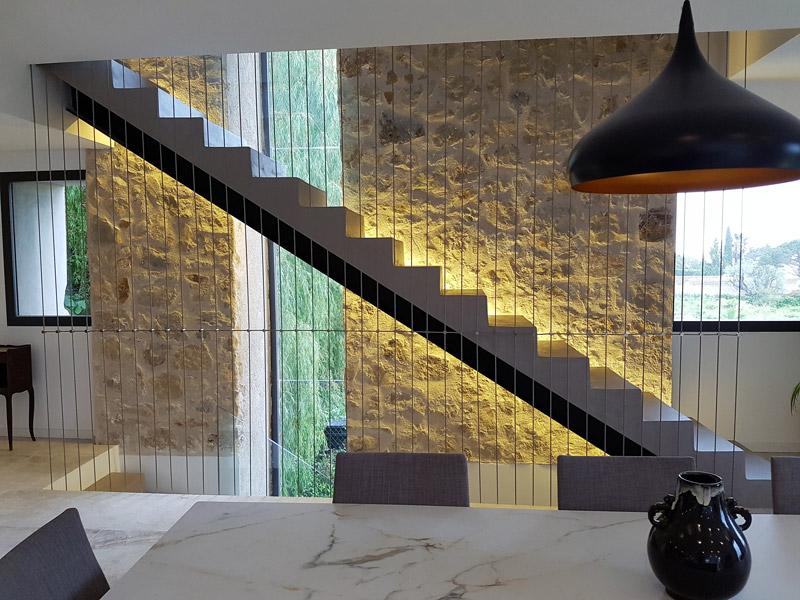 mur en pierre et escalier béton ciré